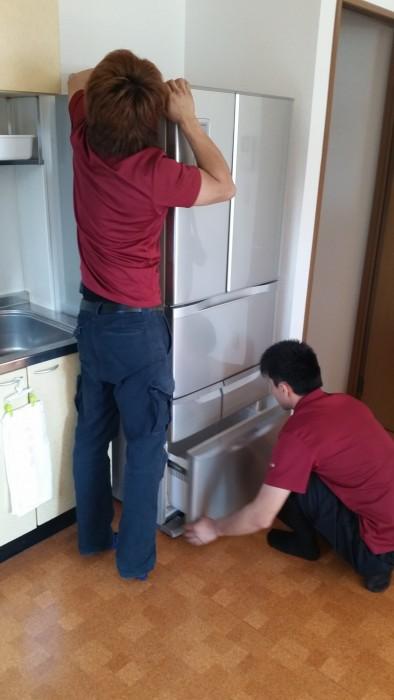 冷蔵庫の足の部分のエアロ(目隠し)を取り付け。キズの確認作業。