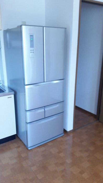 冷蔵庫の後ろにあるキャスターを使い所定の位置へ