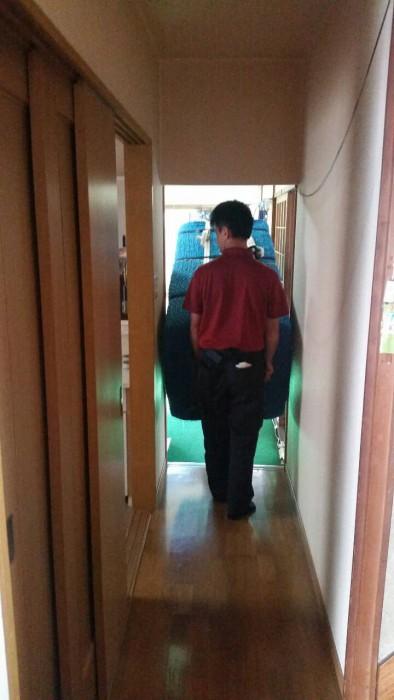 冷蔵庫を斜めに倒して運びます