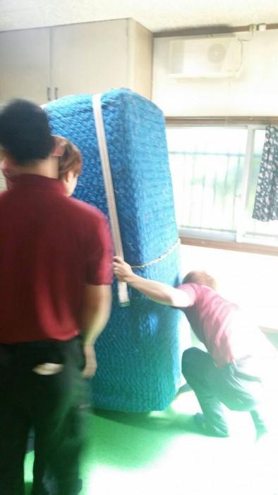 引越しで使う持ち手を作る為滑りにくい素材のロープを使用する